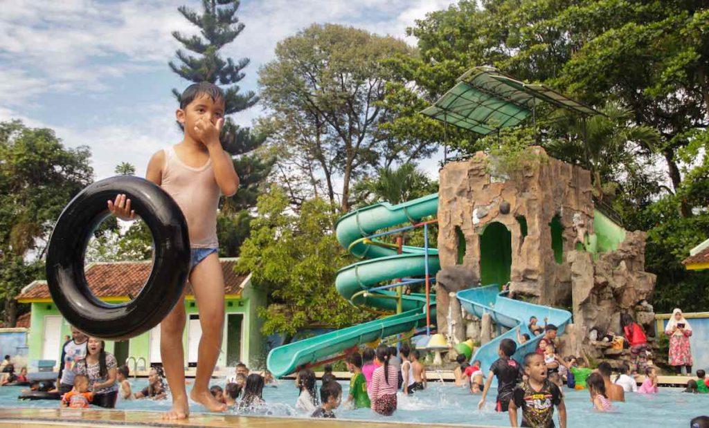 Kolam renang Serulingmas Zoo Banjarnegara